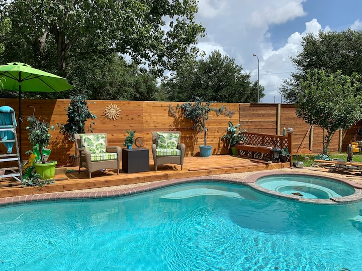 gorgeous Pearland home, private room with pool.