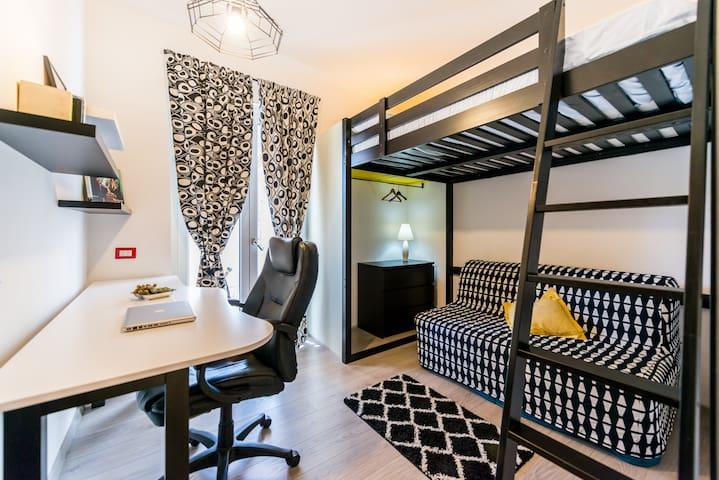 Camera con letto soppalcato