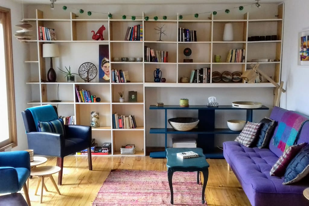 Bright and spacious living room full of books and games to entertain.