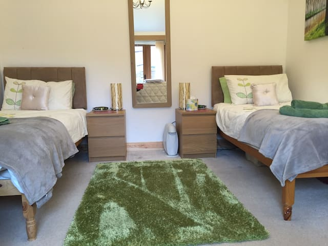 Twin/Dbl En-suite Wheatley, Optional Self-catering - Wheatley - Bed & Breakfast