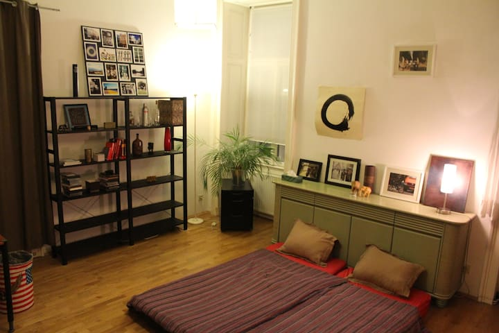 Central and spacious room in lively neighborhood - Wenen - Appartement