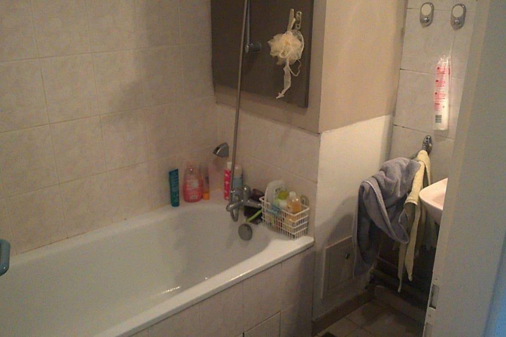 Salle de bain avec baignoire et WC séparé