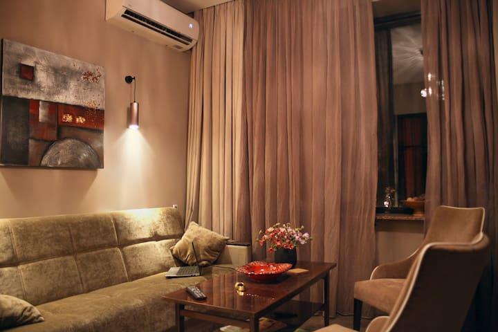 """Интерьер воссоздавали по подобию гостиничного номера «Hotel Marriot"""". Уют, комфорт, стильность, удобство, климат контроль, панорамное окно на легендарную реку и основные достопримечательности города."""