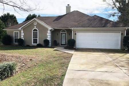 Nice 4br, walk to Lanier, exit 14 Monthly Pricing!