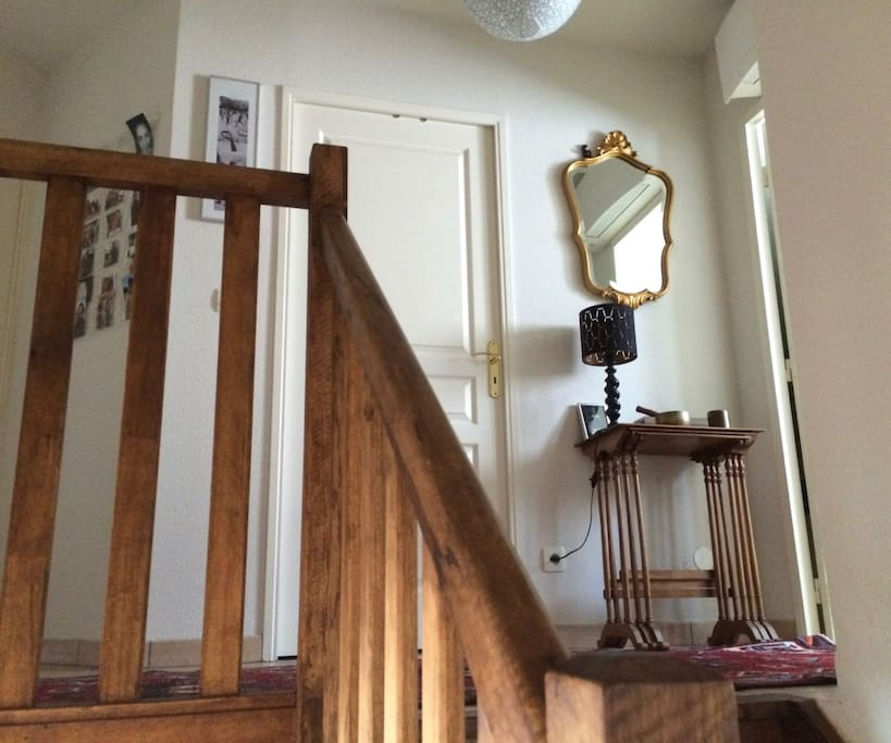 L'escalier qui monte à votre chambre, avec à droite la salle de bains et en face, les toilettes