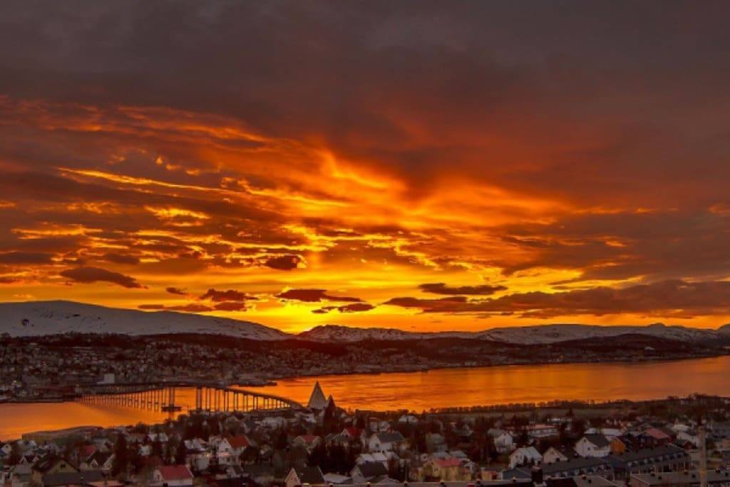 The midnightsun casts beautiful colours, like a fire in the sky!