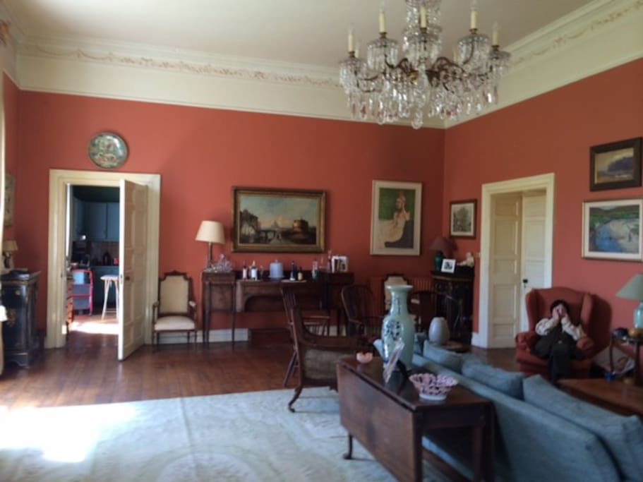 Large drawing-room accommodates up to 100 people