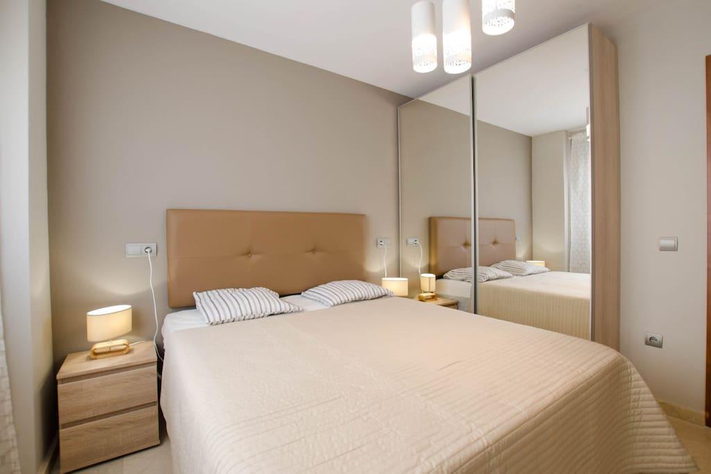 В спальне находится комфортная двухместная кровать с ортопедическим матрасом.