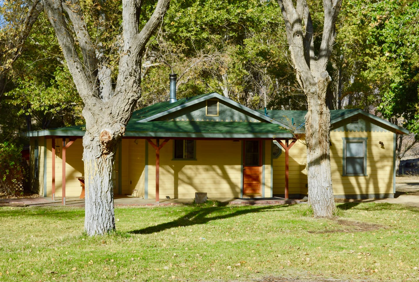 2 Bedroom, 1 Bath Cabin with Full Kitchen, Sitting Area, 2 Patios, and Grill