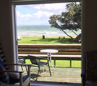 Beachfront location, immaculate authentic bach - Tapu - Hus