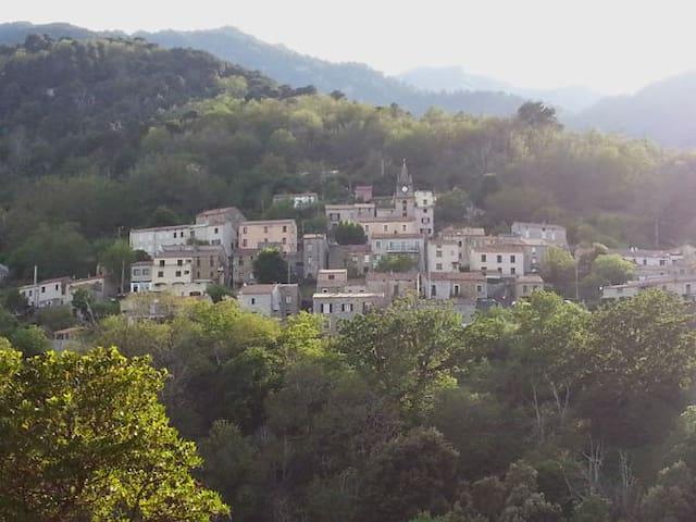 Un village entre mer et montagnes