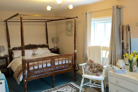 4-poster bed in quaint cottage - Kingsnorth