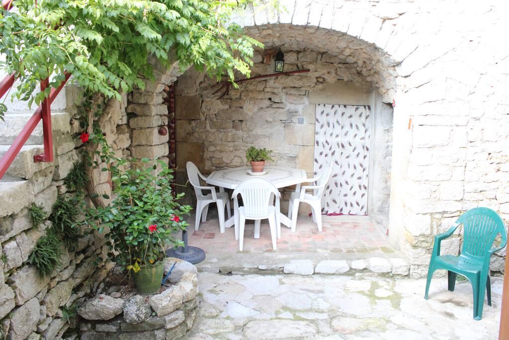 Patio, avec salon de jardin.