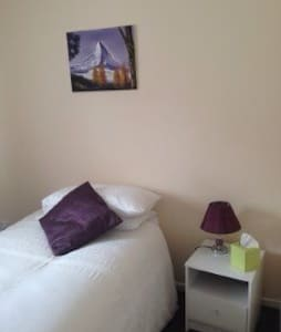 Ideal SNGL Bedroom - WiFi&Breakfast - Redruth - 住宿加早餐