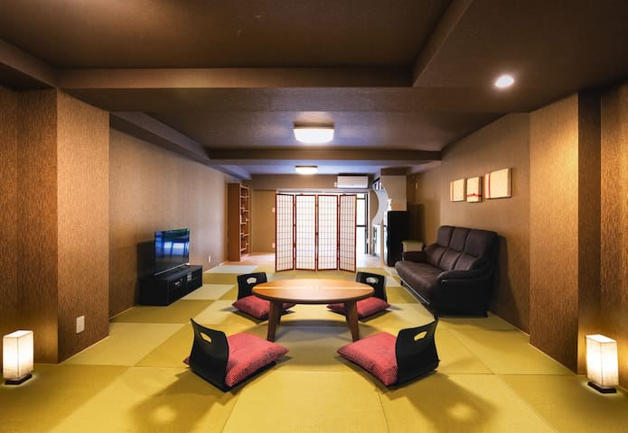 Large Japanese-style room with garden.(70㎡) 日本庭園付きの畳がある和風の大きなワンルーム(70㎡)です。