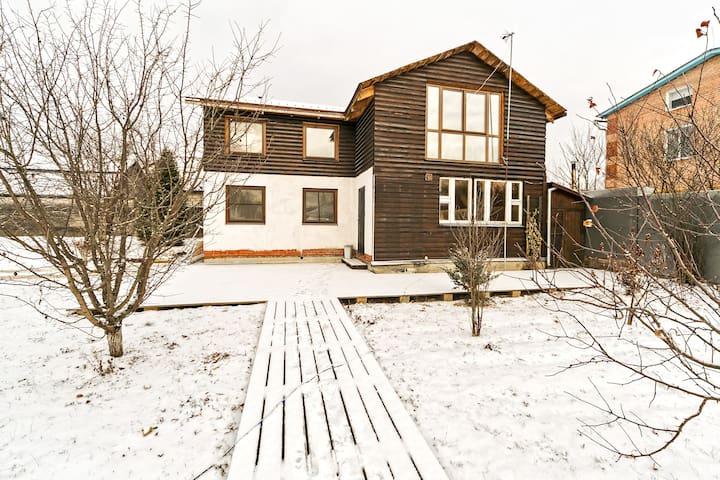 Деревянные дорожки и обширная открытая терраса из лиственничной террасной доски