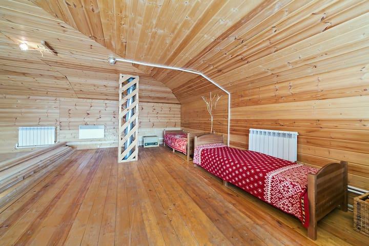 Уютные кровати, с пледами для каждого гостя