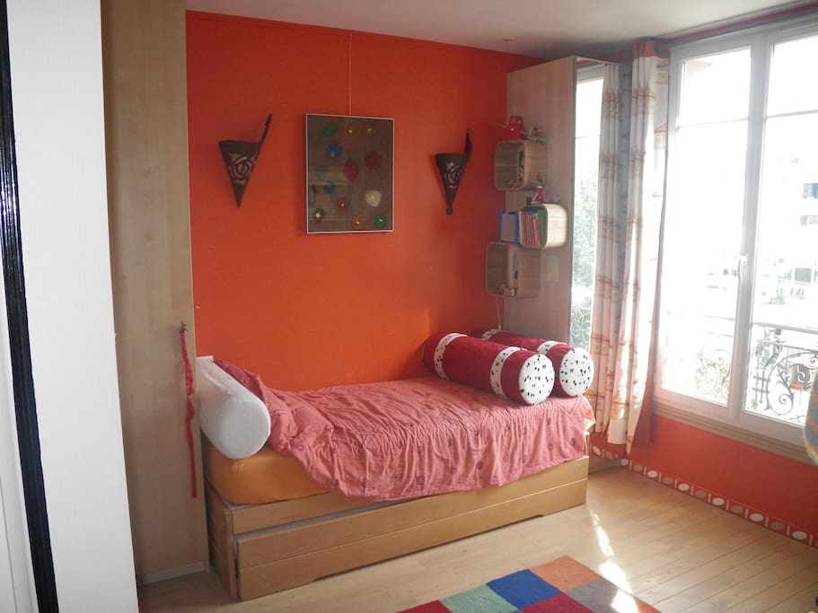 Le lit de cette chambre se transforme en un grand lit de 160cm.