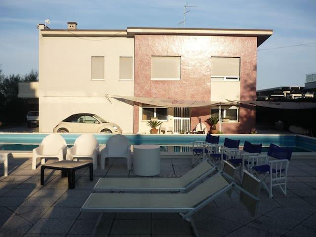 Bilocale in villa con piscina in riva al mare - Lido di Savio - Villa
