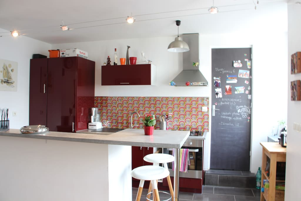 Cuisine ouverte toute équipée (micro-ondes, Nespresso, grille pain, cocotte minute, four, gazinière, lave-vaisselle, congélateur, ustensiles...)