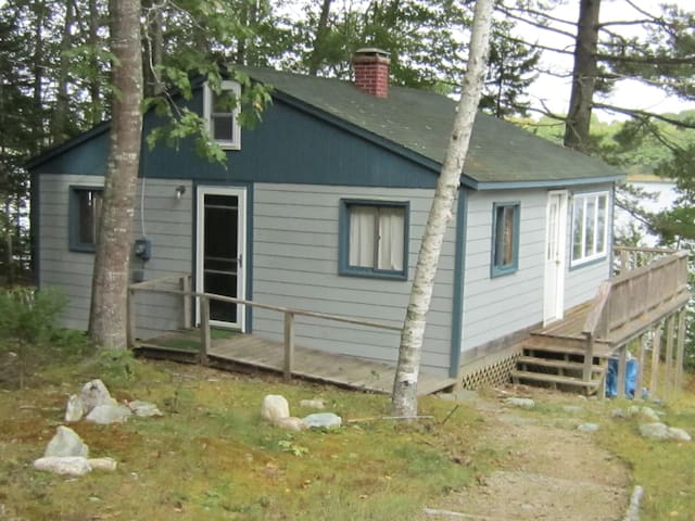 Maine oceanfront cabin on a bay - Surry - Stuga