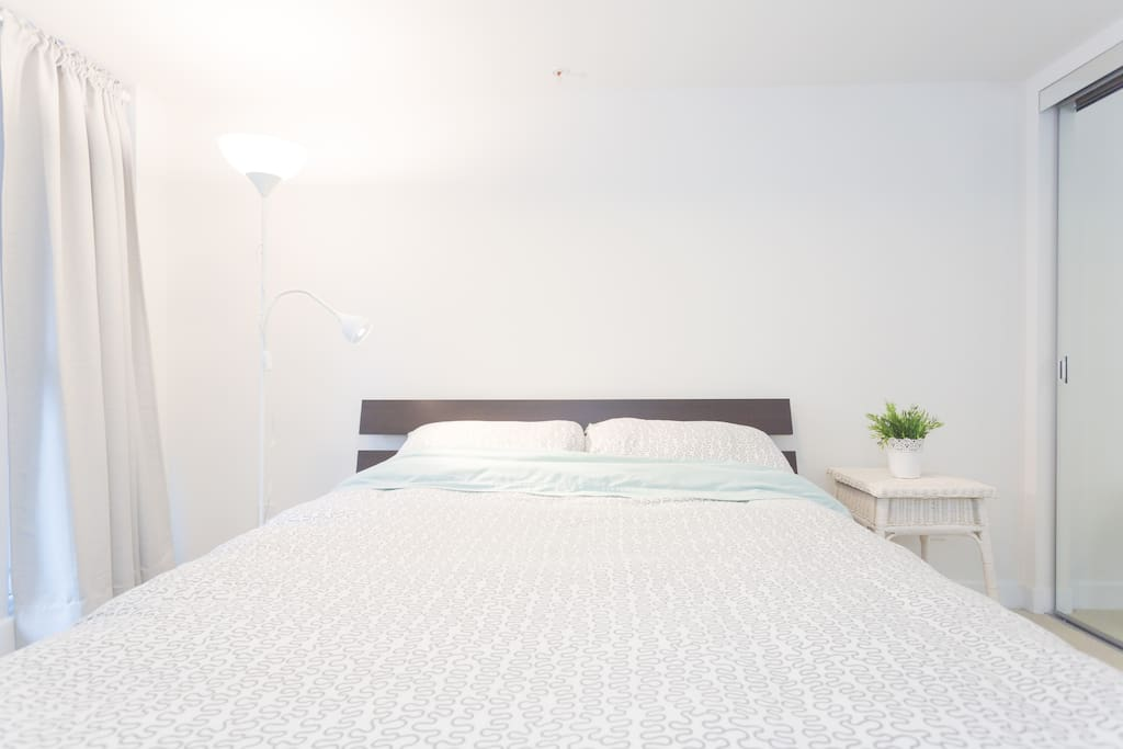Queen Size -Very Comfortable And Cozy Bed In A Master Bedroom