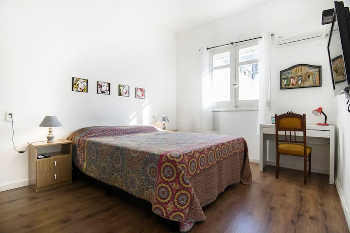 Spacious bedroom, with queen size bed, TV, air con, desk and wardrobe. / Espaciosa  habitacion con cama queen, TV, aire acondicionado, escriorio y ropero.