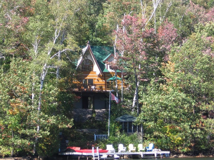 Stunning Algonquin Highlands Log Cottage