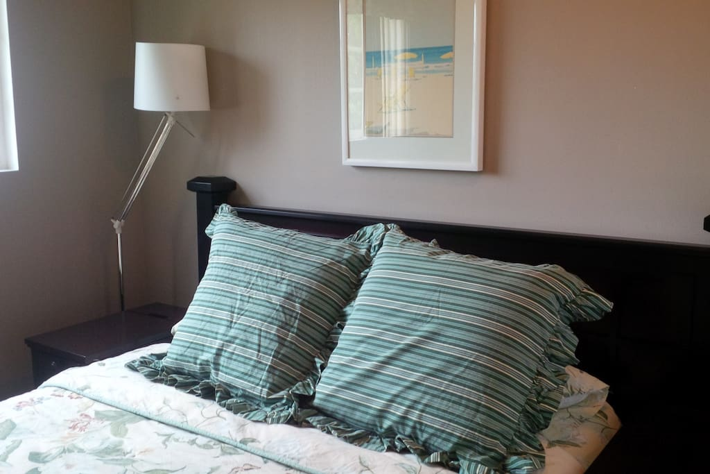 2nd bedroom (Queen bed) with private access to the bathroom and shared with 3rd bedroom. A/C