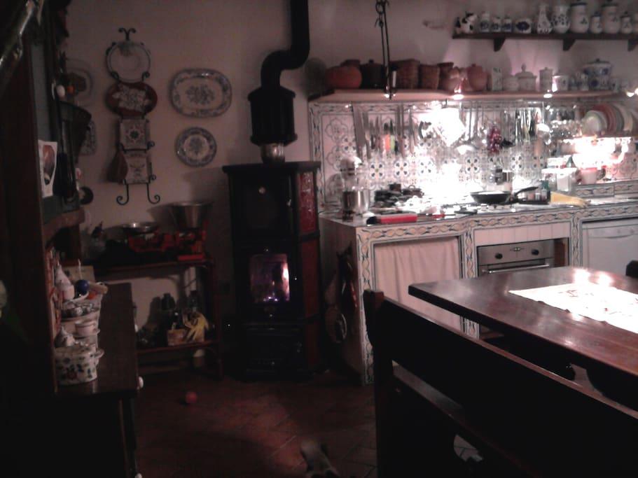 cucina ampia con grande tavolo