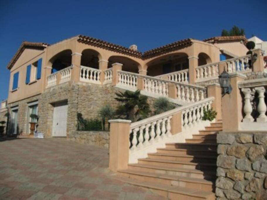 joli volume! la villa est très bien équipée en terrasses...