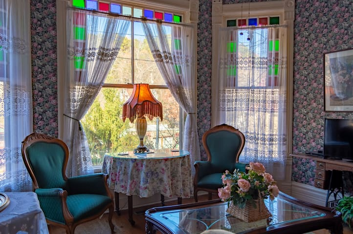 Sarah Bernhardt Suite - Cliff Cottage Inn