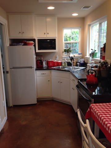 This kitchen has everything you'll need down to the spices and extra virgin olive oil. We also have a full sized stove with oven in case you want to make a turkey for dinner...great grocery stores, Central Market and Wheatsville Food Coop nearby.