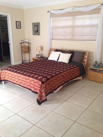 Bedroom with private bath 2 blocks from UM