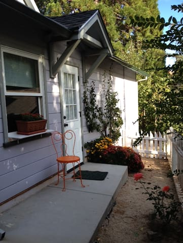Carriage House with Sleeping Loft. Walk to town. - Grass Valley - Guesthouse