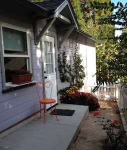 Carriage House with Sleeping Loft. Walk to town. - Grass Valley