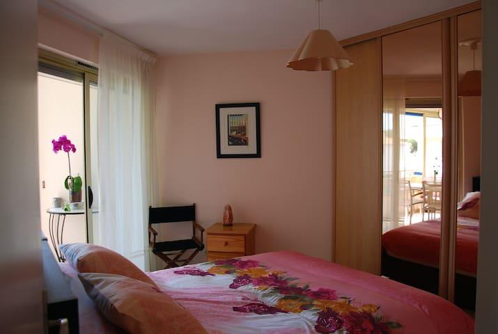 Chambre lumineuse avec lit 160 x 200 cm