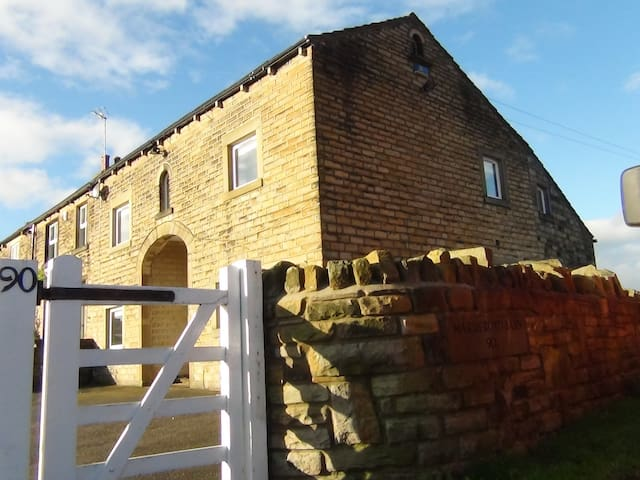 Luxury self-catering barn sleeps 13 - Huddersfield - House