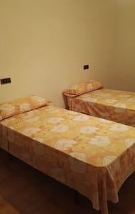 HABITACION  DOBLE EN EL CENTRO DE FIGUERES - Figueres - Διαμέρισμα