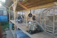 komplette Küche mit Wasserkocher, Toaster, Kaffeemaschine, Gasherd und Kühlschrank