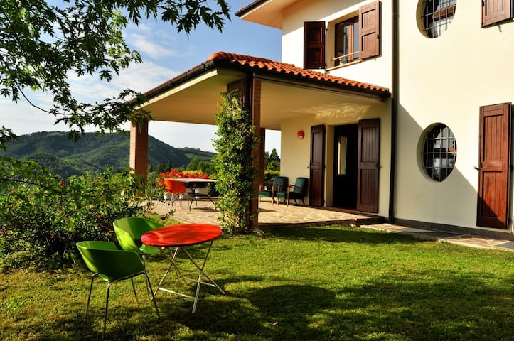 Friendly, midcentury design, hilltop bed&breakfast - Monte San Pietro - Bed & Breakfast
