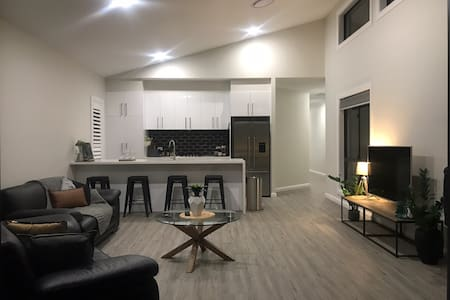 Luxury 2br home with King,  5 star private n close