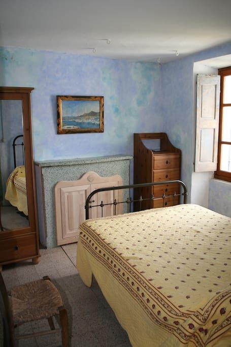Une des chambres avec un lit à 2 places