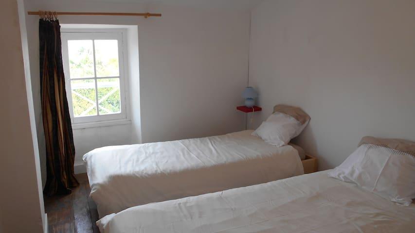 Chambre à coucher au calme, deux lits simples confortables(90x190),rideaux thermiques et occultants, penderie...
