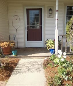 Cozy comfy private room in quiet neighborhood... - Burlington - Townhouse