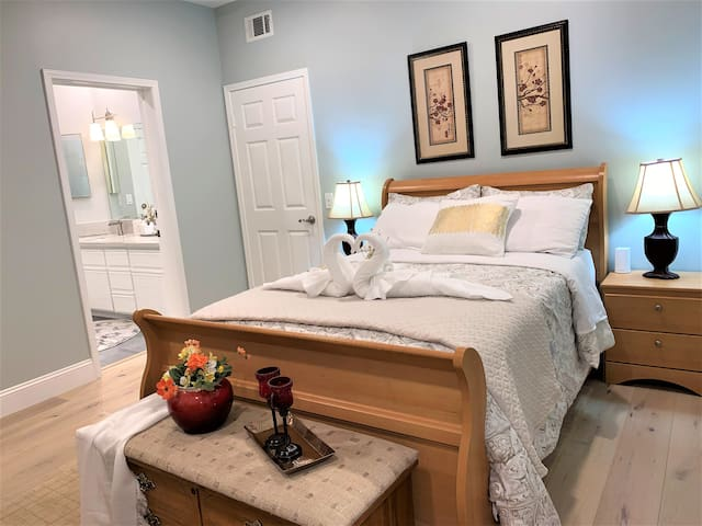 Private Room B in North Downtown HB - Free Parking