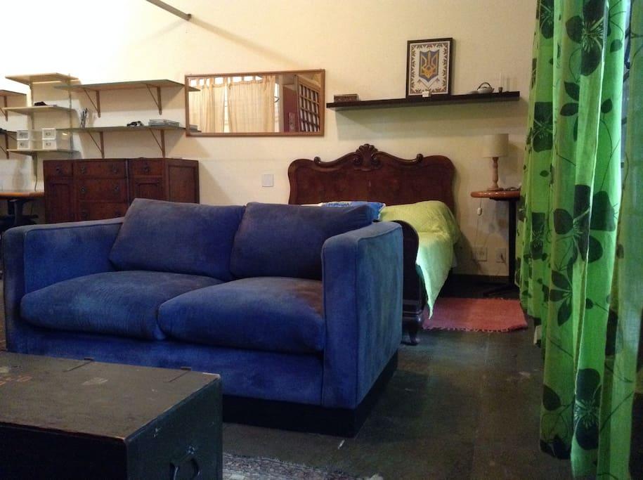 et est totalement meublée et équipée : lit double, canapé, TV avec câble, internet, bureau, grand dressing, cuisinière avec four et plaques, frigo/congélateur et accès aux machines à laver et à sécher le linge. Possibilité d'installer le téléphone fixe. E