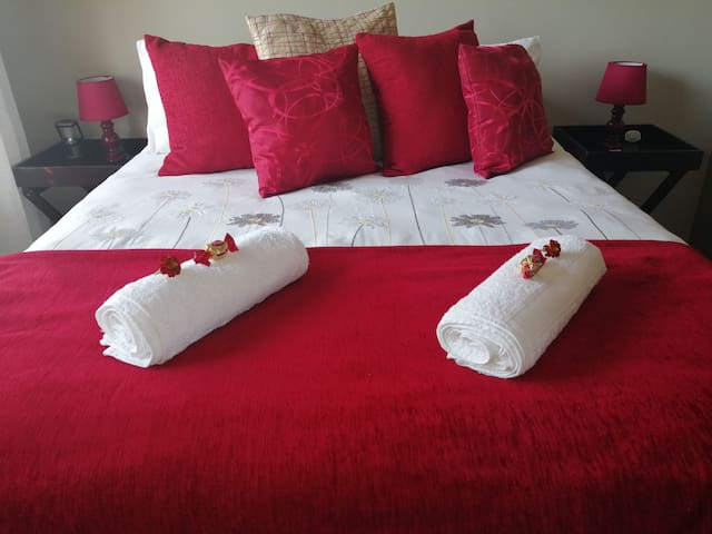 Red Room, EIGHT ON ASTER, Double bed, Sleeps 2