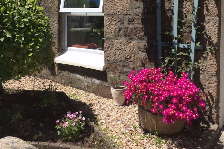 Room in character cottage, central Redruth