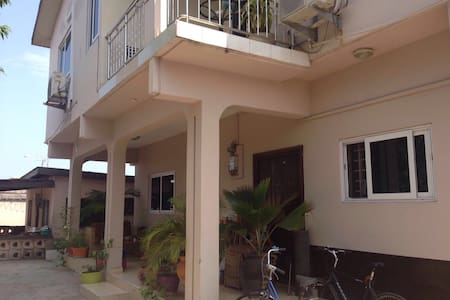 Sunny, spacious room close to the beach & centre - Accra
